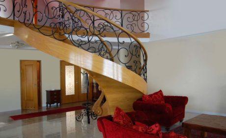Zalety drewnianych solidnych schodów