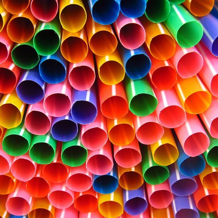 Dlaczego warto zrezygnować z używania plastikowych słomek?